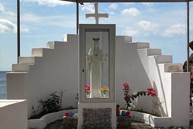Дева Мария в стеклянной будке