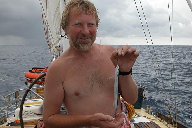 Днем Семенов обнаружил на баке узкую длинную рыбешку
