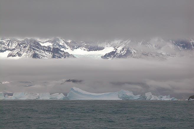 Вход в бухту закрывали айсберги, сидящие на мели.