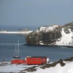 «Апостол Андрей» на рейде российской антарктической станции Беллинсгаузен
