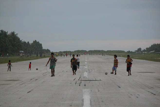 Когда спадает зной, на аэродроме собирается немалая часть населения столицы.