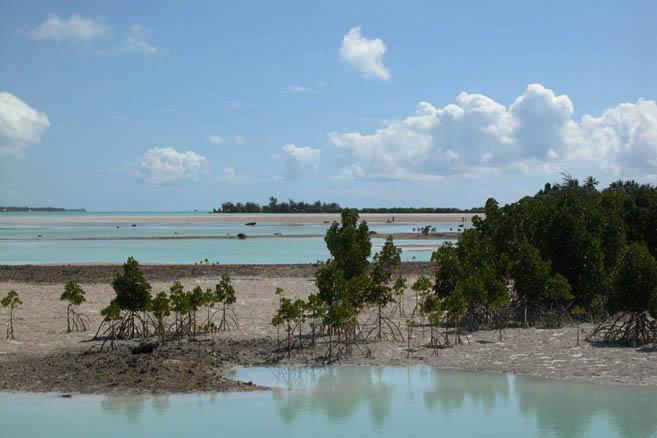 Атолл состоит из 24 небольших островков, из которых только 8 обитаемы