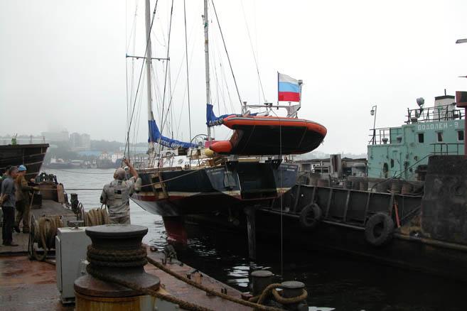 Готовясь к возвращению в Антарктику, «Апостол Андрей» был поднят из воды