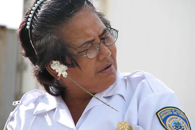 Экзотичность острова добавляет шарма даже строгим полицейским чиновникам