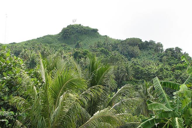 Атолл Трук. Высшая точка острова покрыта буйными джунглями