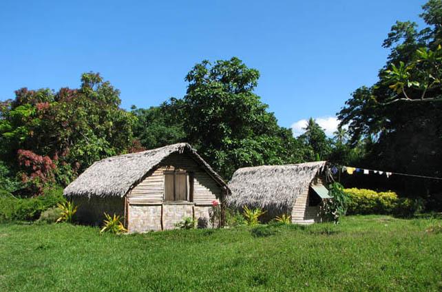 «Европейские» города Порт-Вила и Лугенвиль уживаются с деревеньками островитян