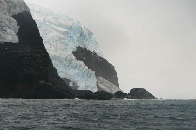 Из лоции: «Остров Петра I гористый, покрыт льдом и снегом...»