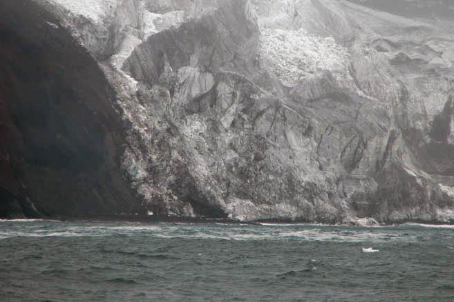 Из лоции: «Тяжёлый лёд и айсберги окружают остров Петра I большую часть года».