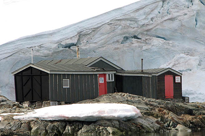 Домик-убежище стоит с тех времен, когда станция была британской базой «Фарадей»