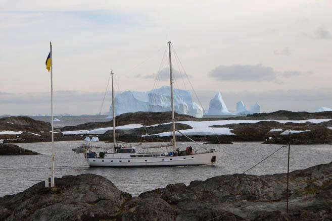 Еще одна яхта на рейде базы Академик Вернадский