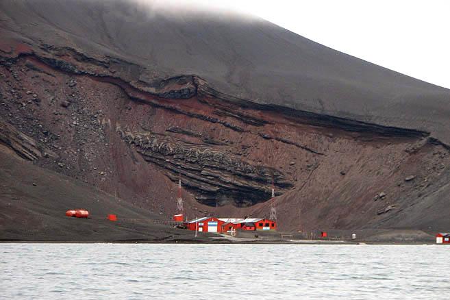 Вулкан еще жив, но на острове работают две станции: испанская и аргентинская