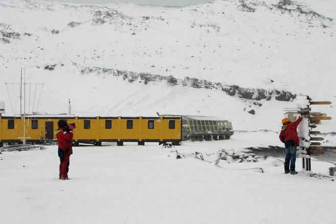 Поселок завален снегом