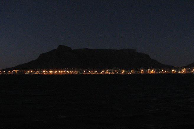 Россыпь огней города, огни маяков и судов, стоящих на рейде. Кейптаун