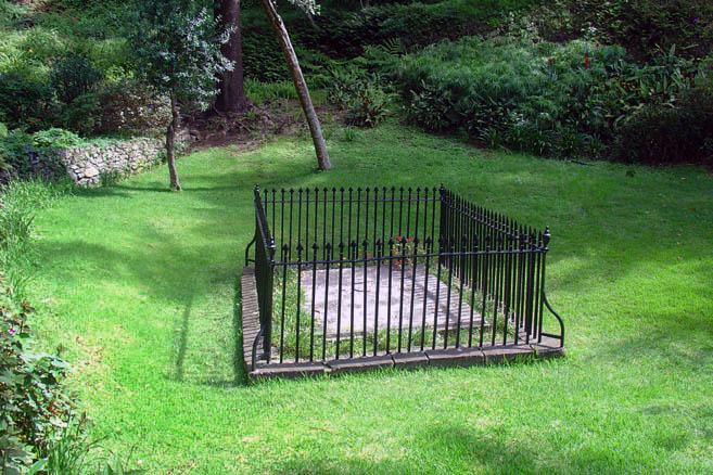 Скромная ограда, простая плита и никаких надписей. Тихий приют великого человека