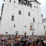 В праздничные дни в монастыре собираются тысячи поломников