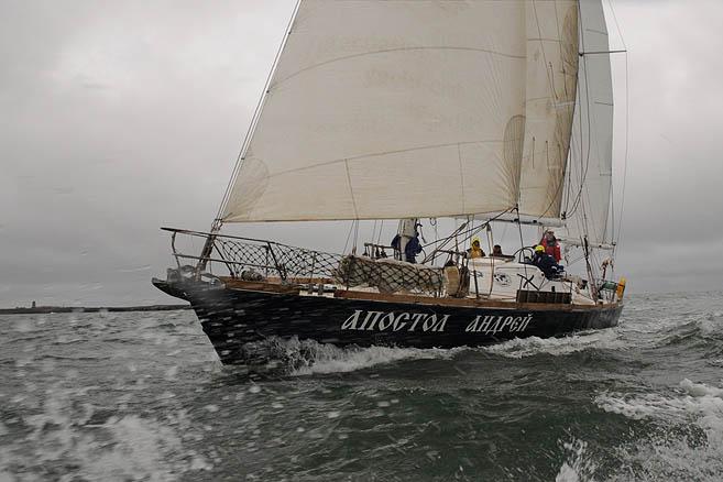 Редко удается сфотографировать со стороны яхту, идущую под парусами