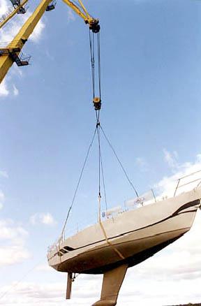 Через мгновение новая яхта коснется волжской воды