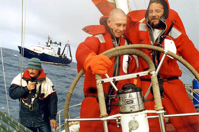 Индийский океан. Австралийские рыбаки помогают «апостольцам» устранить поломку