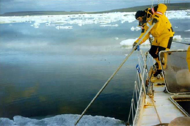 Часто яхту приходилось проталкивать сквозь льды в прямом смысле слова руками