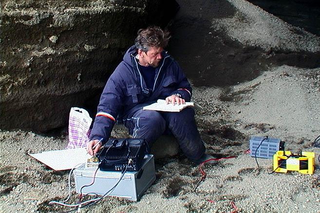 Андрей Сахаров проводит сеанс связи с радиолюбителями