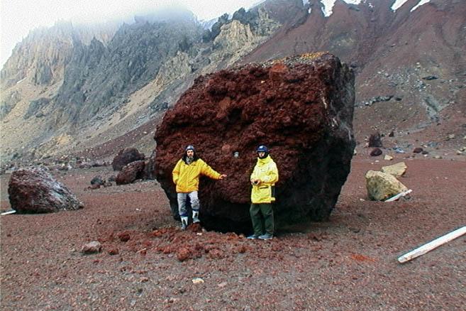 Следы вулканической деятельности выше человеческого роста