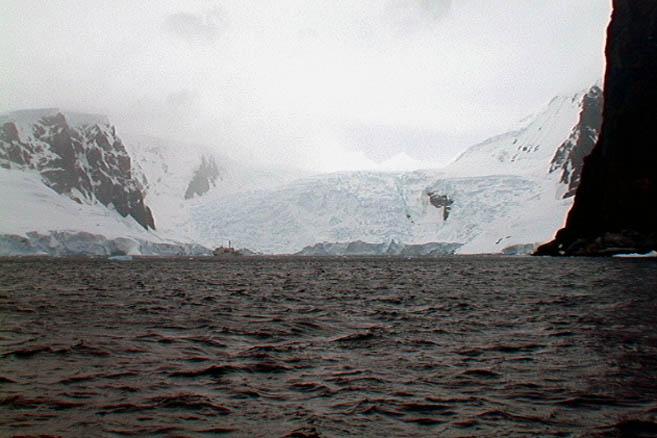 Ледник, сползающий в океан, и судно «Академик Йоффе» на его фоне