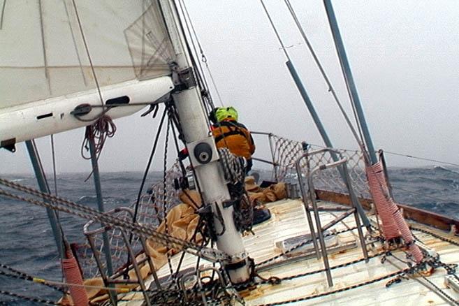 Работа с парусами на баке