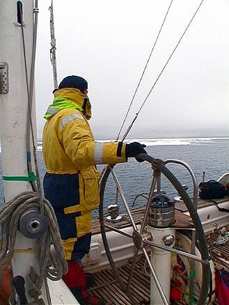Капитан ведет яхту через ледовые поля