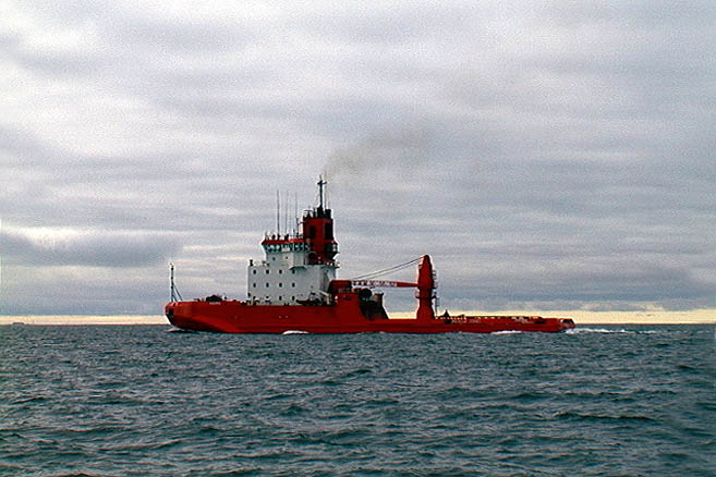 Американский буксир обходит яхту по правому борту