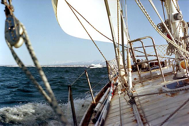 Хороший ветер с юга, яхта идет в галфвинд