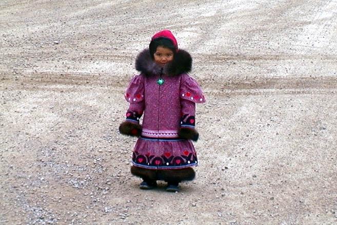Поселок Кембридж-Бэй. Маленькая инуитская девочка