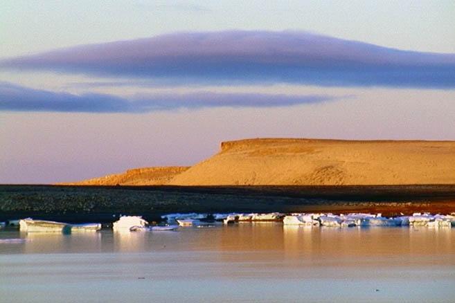 Восточный берег бухты Депо сложен из ярких желто-коричневых камней