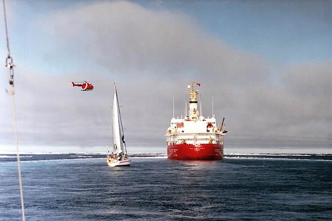 Дизель «Облачка» не вытягивал против ветра, и тогда ледокол пошел в лавировку