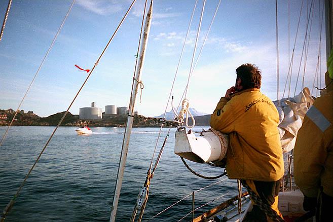«Апостол Андрей» входит в порт столицы Гренландии – поселка Годхоб (Нуук)