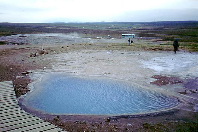 Под бирюзовой рябью этого озерца видна угрюмая дыра в тартарары