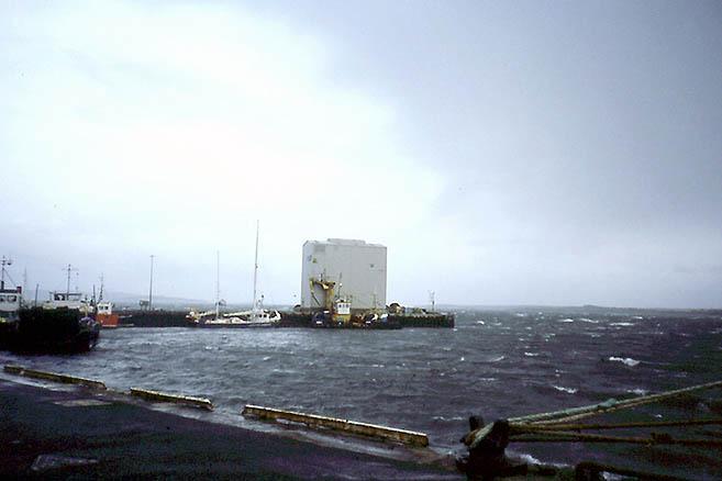 «Апостол» у пирса в порту, а штормовой ветер развел злую волну даже в гавани