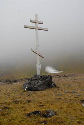 Мемориальный крест РГО, поставленный на месте спасения Альбанова и Конрада