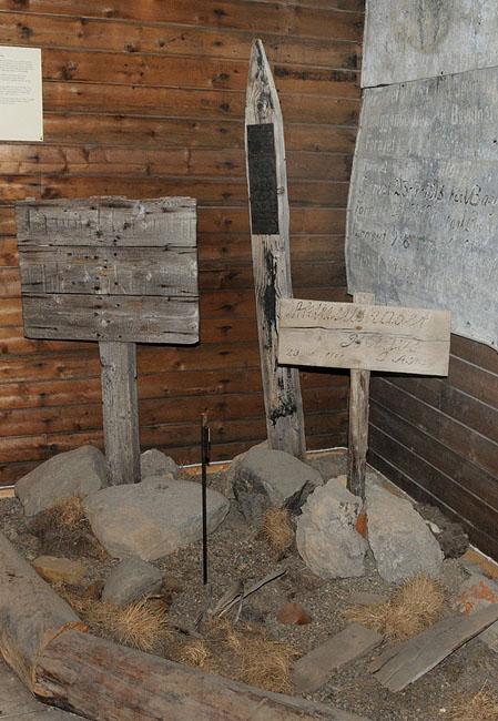 Заявочные столбы. Музей Ню-Олесунна.