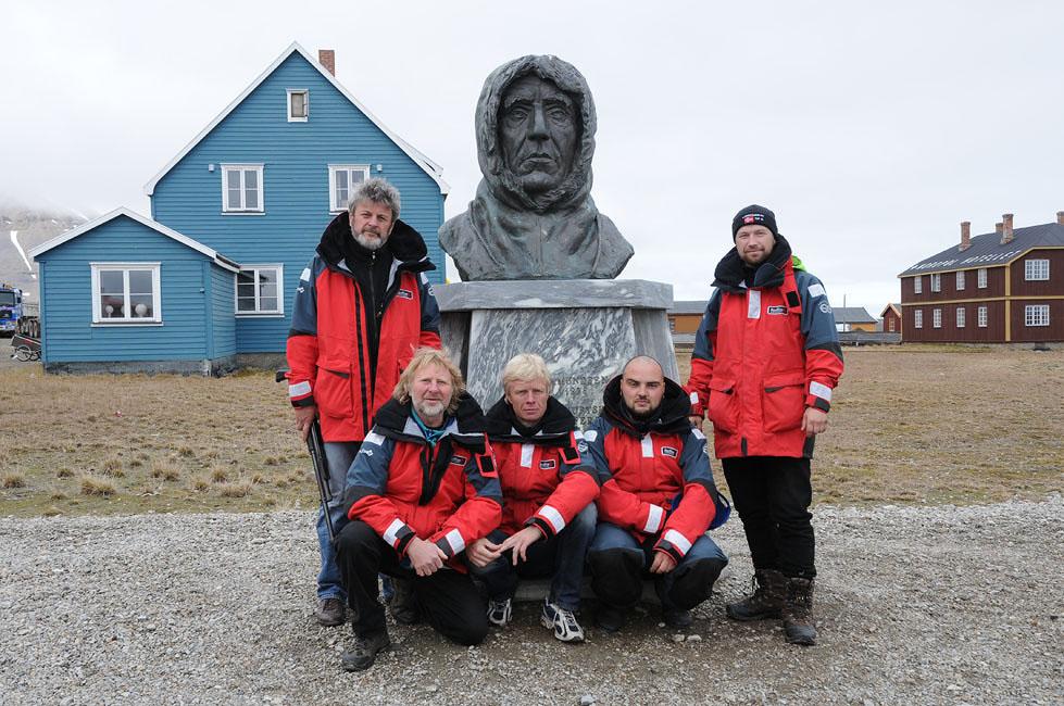 Памятник Руалу Амундсену в Ню-Олесунне