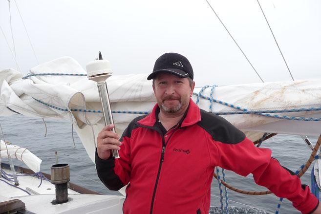 Александр Обоимов измеряет температуру и влажность