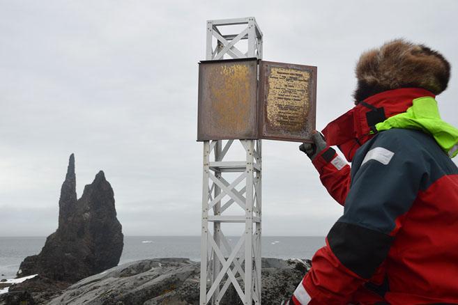 Памятный знак в честь экспедиции ом Юлиуса Пайера и Карла Вайпрехта
