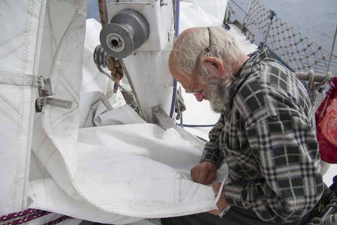 Шить парус – любимое занятие всех моряков