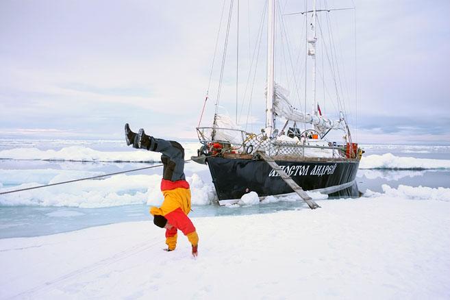 Вышли на льдину ноги размять
