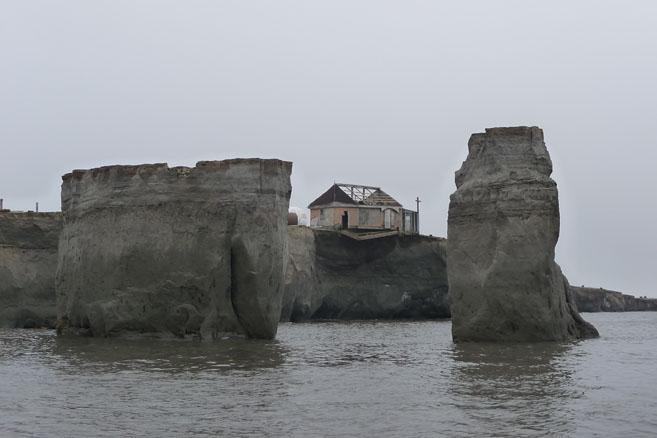Техника и строения постепенно рушатся в океан