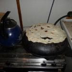 Кок жарит праздничные лепешки «на тандыре»